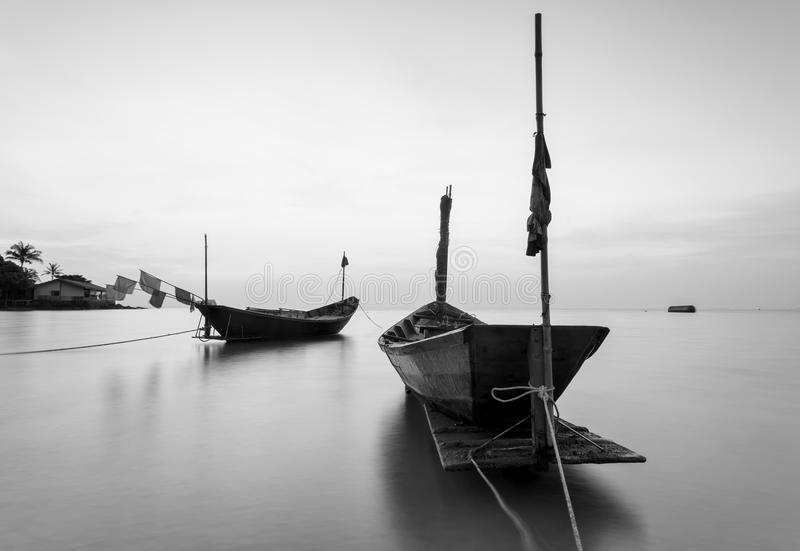 Das Fischerboot in Schwarzweiss bei Kon Ao Beach, Rayong, Tha lizenzfreies stockbild