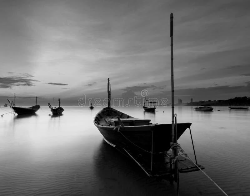 Das Fischerboot in Schwarzweiss, Thailand stockfotografie
