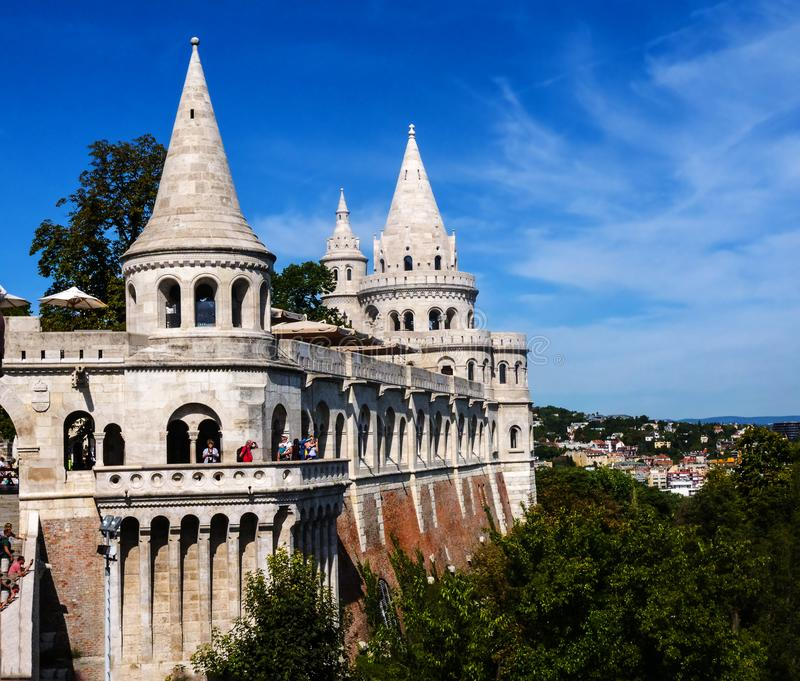Das Fisherman's Bastion wurde zwischen 1895 und 1902 errichtet, um den 1000. Geburtstag des ungarischen Staates zu feiern lizenzfreies stockbild