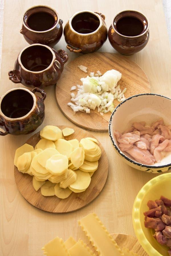 Das Fleisch im Topf, Bestandteile für das Kochen stockfoto