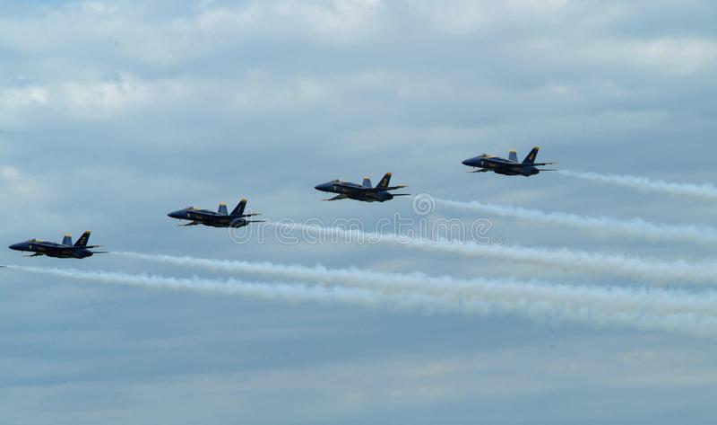 Das Fliegen des blauen Engels der Marine Jet lizenzfreies stockfoto