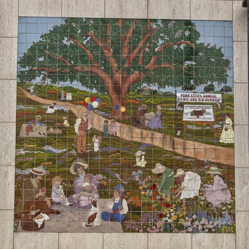Das Fliesenwandgemälde, das Park darstellt, zitiert jährlichen Picknick und Rippe Burnoff in Dallas, Texas lizenzfreie stockbilder