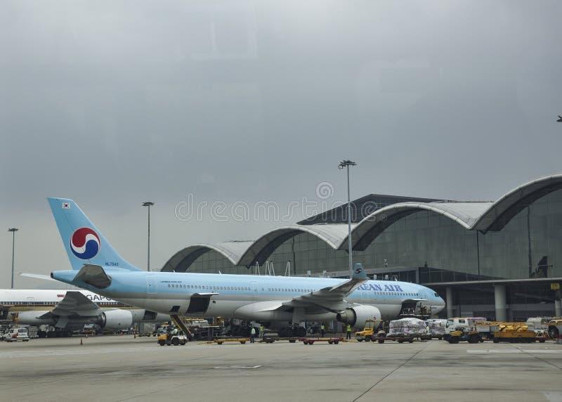 Das Flugzeug auf dem Asphalt Hong Kong International Airport ist der Verkehrsflughafen, der Hong Kong dient stockfotos