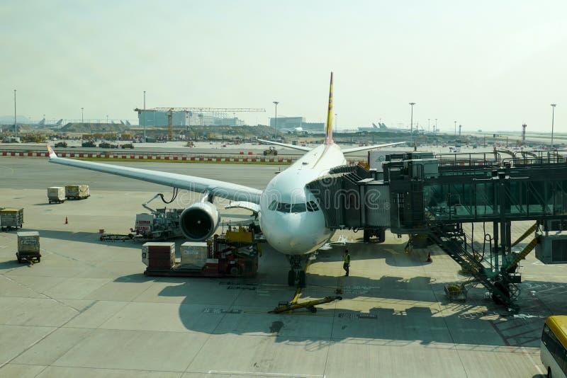 Das Flugzeug auf dem Asphalt Hong Kong International Airport ist der Verkehrsflughafen, der Hong Kong dient lizenzfreies stockfoto