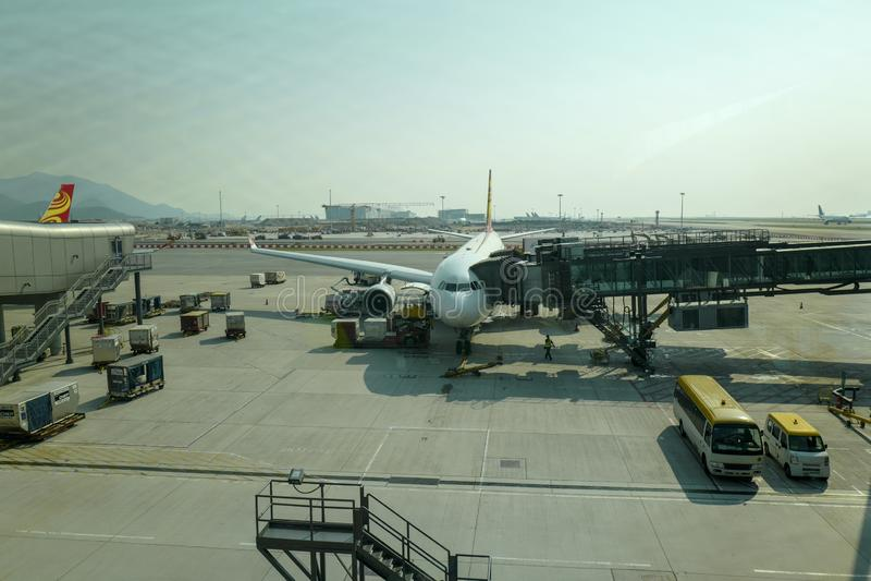 Das Flugzeug auf dem Asphalt Hong Kong International Airport ist der Verkehrsflughafen, der Hong Kong dient stockfotografie