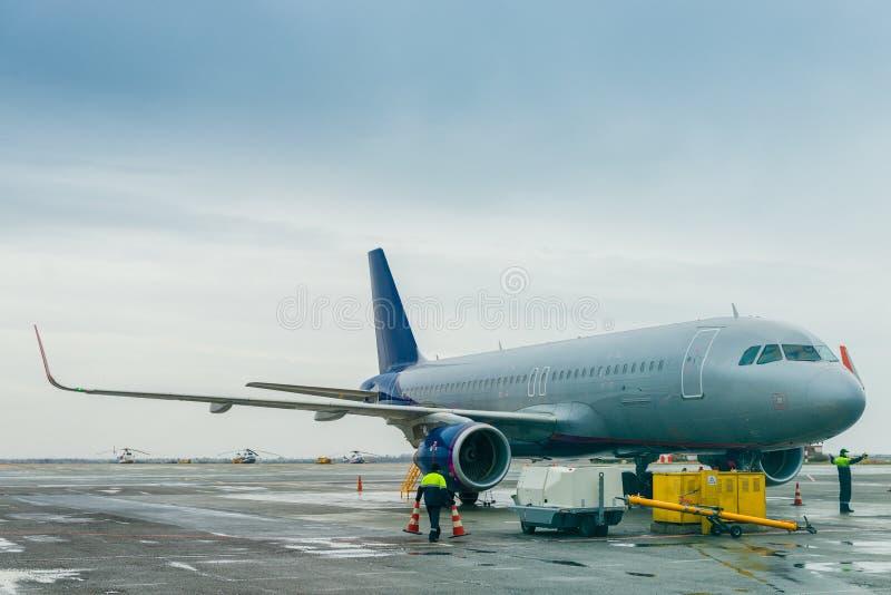 Das Flugzeug im Parkplatz am Flughafen lizenzfreies stockbild