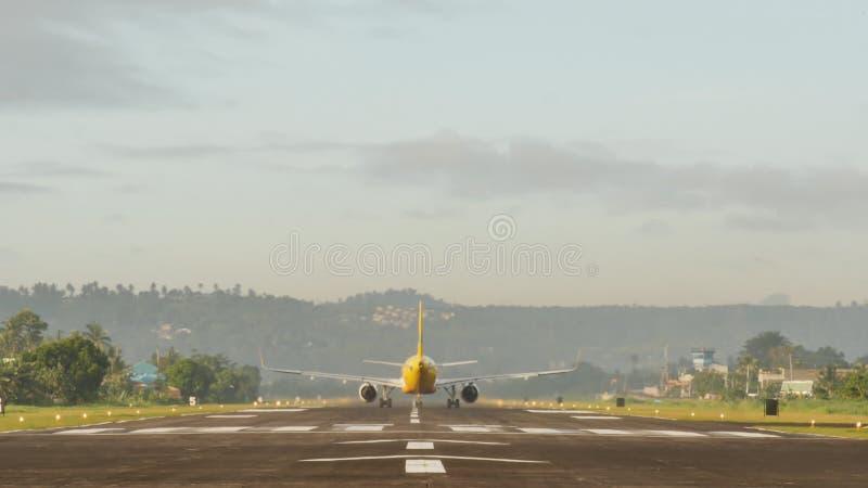 Das Flugzeug wird für Start auf der Rollbahn vorbereitet und entfernt sich Legazpi-Stadt philippinen stock footage