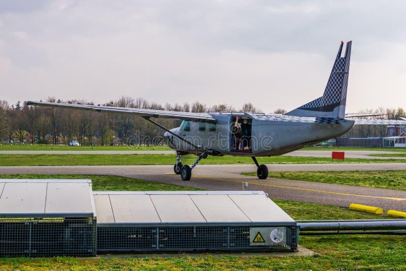 Das Flugzeug, das zu bereit ist, entfernen sich mit Skydivers, extremer Sport und Hobbys, springen Unterhaltung im freien Fall stockfotos