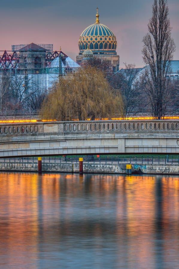 Das Fluss-Gelage in Berlin bei Sonnenuntergang stockfoto
