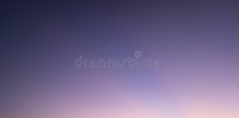 Das Foto des abendlichen Himmelskörpers von violett bis orange lizenzfreie stockfotografie