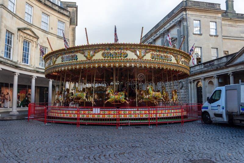 Das fröhliche Karussell gehen Runde im BadStadtzentrum nah an Weihnachten stockfotos