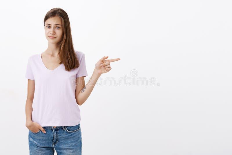 Das Frauengefühl, das über Platzfreund zweifelhaft und unsicher ist, wünscht Besuch Ungewisse missfallene attraktive und intellig stockbilder