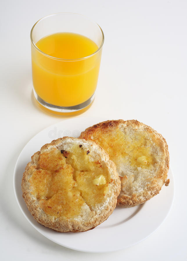 Das freie Gluten röstete Brot und Orangensaft lizenzfreie stockbilder