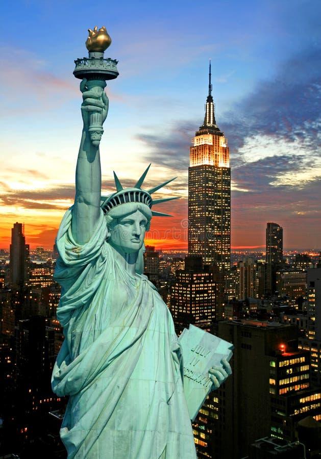 Das Freiheitsstatue und New- York CitySkyline stockfotografie