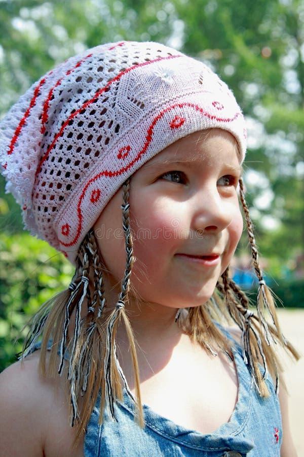 Das freundliche Mädchen in einem Halstuch lizenzfreies stockbild