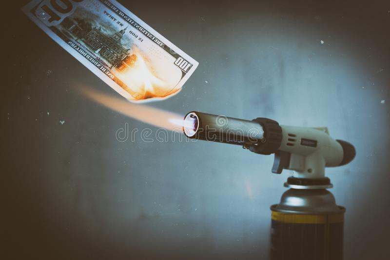 Das Gasbrennen, Gasbrenner, brennt hundert Dollar Es gibt künstliche Kratzer Das Konzept von Problemen mit Erdgas, lizenzfreies stockfoto