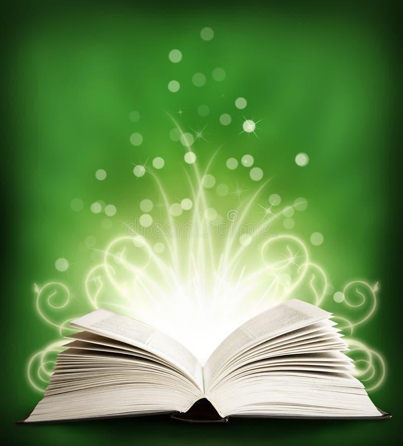 Das geöffnete magische Buch mit sparklings. Grün lizenzfreie stockfotografie