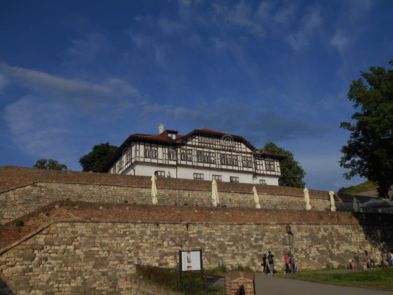 Das Gebäude der Kulturerbe-Bewahrung Instute von Belgrad über brickwall stockbild