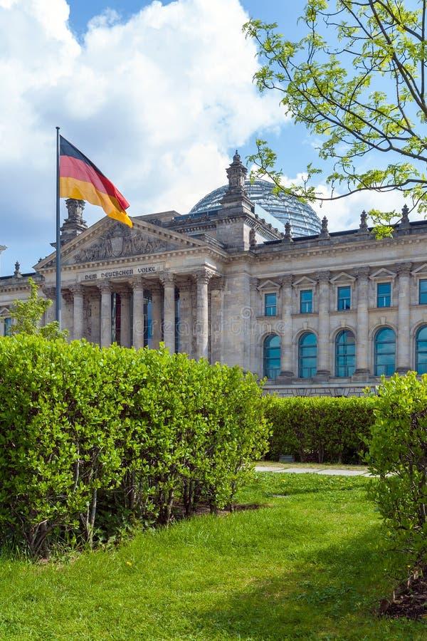 Das Gebäude des deutschen Parlaments das Reichstag und die Flagge lizenzfreie stockfotografie