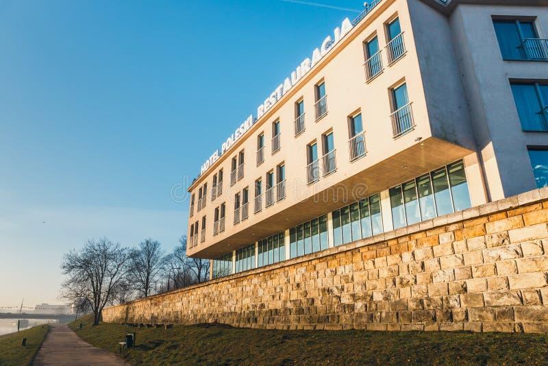 Das Gebäude des Hotels Poleski gegenüber von königlichem Schloss Wawel, Krakau, Polen stockbild