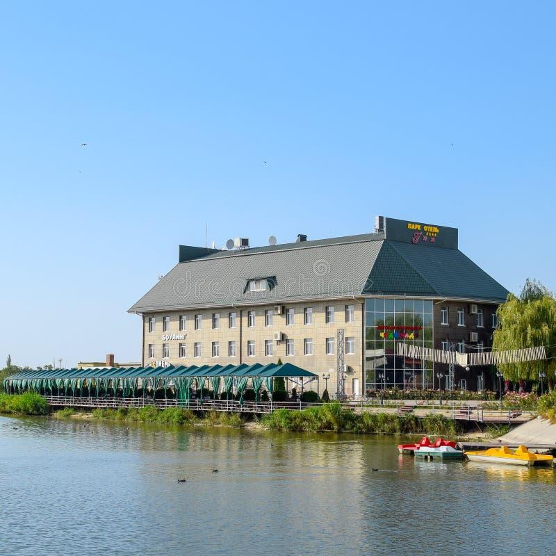 Das Gebäude des Park-Hotel-Uyutunterhaltungszentrums auf dem See in der Stadt von Slavyansk-auf-Kuban lizenzfreies stockbild