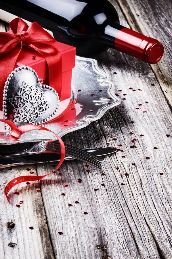 Das Gedeck St.-Valentinsgrußes mit anwesendem und Rotwein stockfotos
