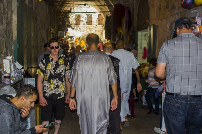 Das Gedränge und die hastige Geschäftigkeit von über Dolorosa zur Freitag-Gebetszeit lizenzfreies stockfoto