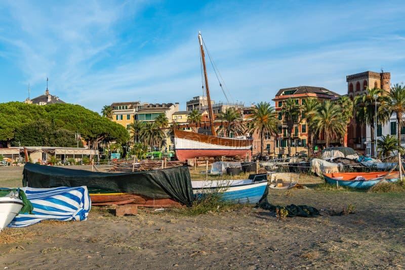 Das Gehen in Sestri Levante und die Boote verließen auf dem Strand stockbilder