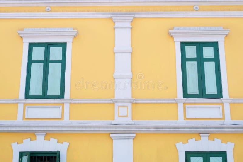 Das gelbe Weinlese-Geb?ude mit gr?nem Windows lizenzfreie stockfotos