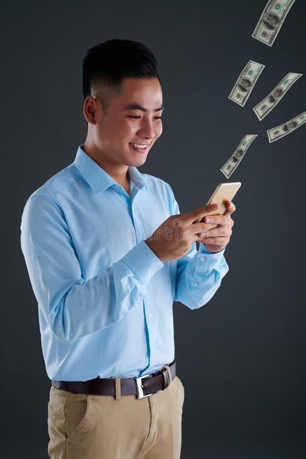 Das Geld ausgeben on-line lizenzfreie stockfotografie