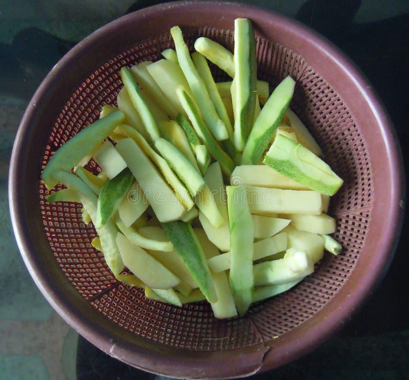 Das Gemüse cutted für Vorbereitung des köstlichen Tellers lizenzfreies stockbild