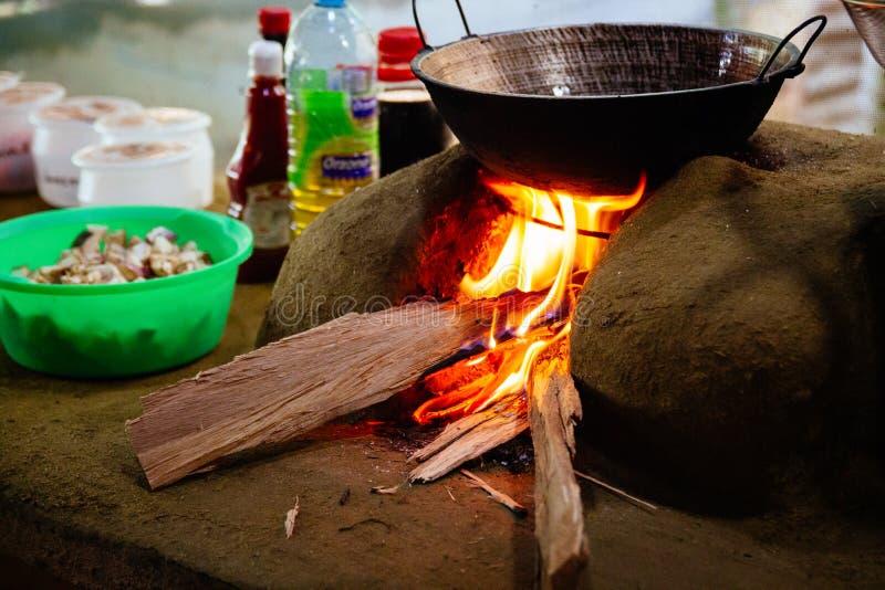 Das Gemüse, das über einem Holz abgefeuerten Ofen gebraten wurde, machte aus Schlamm a heraus lizenzfreie stockfotografie