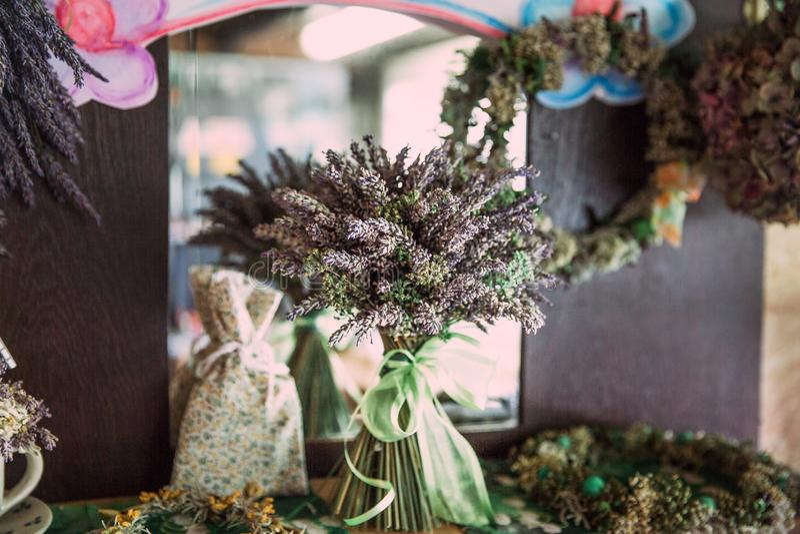 Das gemachte Haus trocknete Lavendel-Blumenstrauß und schäbige schicke Dekoration stockfoto