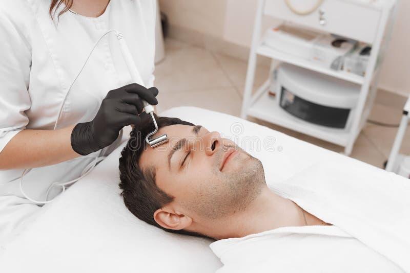Das Ger?t ist Gesichtscosmetology lizenzfreie stockbilder