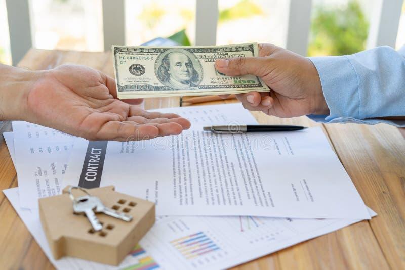Das Geschäft des Borgens des Geldes, um ein Haus mit Finanzdokumenten und Steuerprüfungen von einem Berater bei der Prüfung zu ka stockfotos