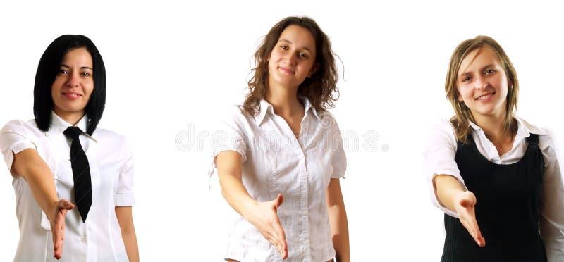 Das Geschäftsfrauanhalten teilt für Händeschütteln aus stockfotos
