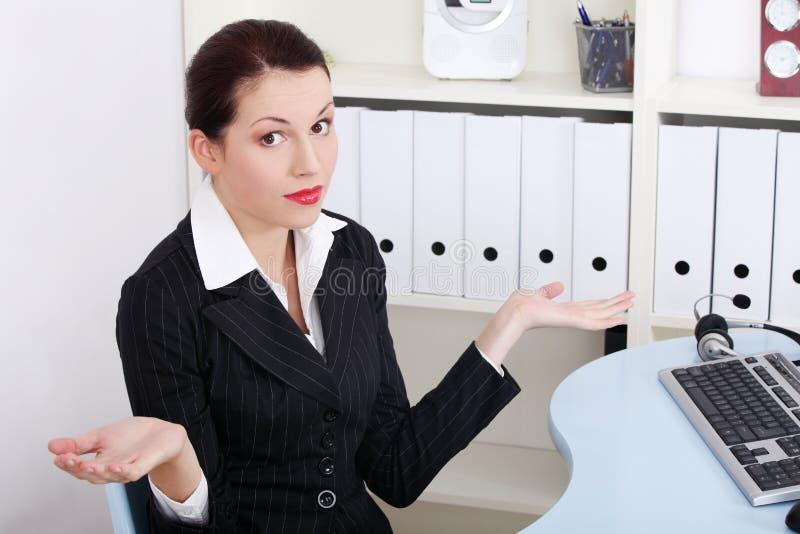 Das Geschäftsfraugestikulieren ziehen `t wissen was zu tun an. stockbild