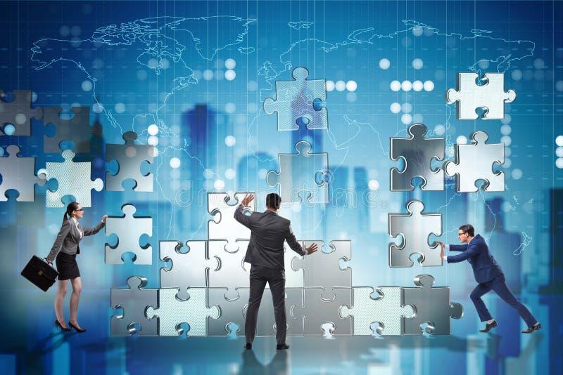 Das Geschäftskonzept der Teamwork mit Puzzlespiel bessert aus stockfoto