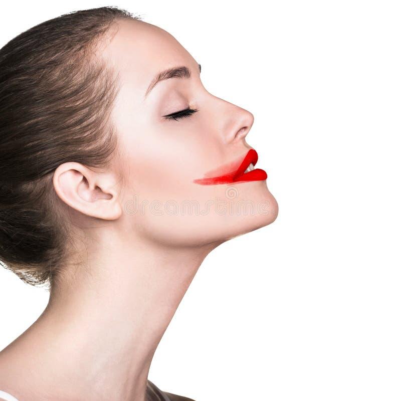 Das Gesicht der Frau mit geschmiertem rotem Lippenstift lizenzfreie stockfotografie