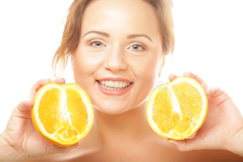 Das Gesicht der Schönheit mit saftigem orange Abschluss oben stockbild