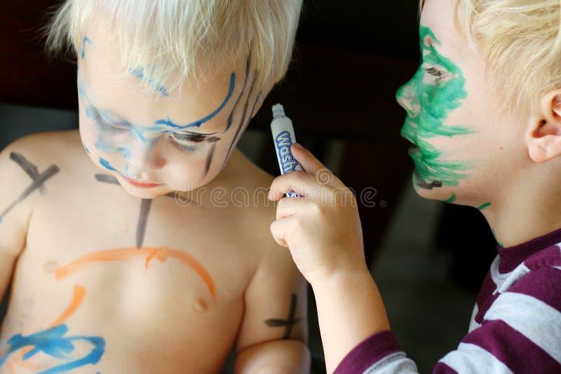 Das Gesicht des Kleinkind-Farbton-Baby-Bruders stockfotografie