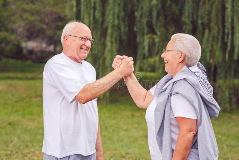 Das gesunde gealterte Paar, das nach Sport stillsteht, übt zusammen uns w aus stockfotografie