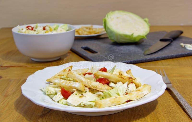 Das gesunde Mittagessen besteht aus Selleriechips, -kohl, -körnern und -tomaten lizenzfreies stockbild