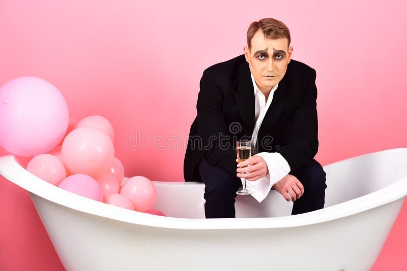 Das Getränk des Momentes Imitieren Sie Mann, mit Champagner im Bad zu feiern Schauspielerschauspieler genießen das Theaterparteif lizenzfreies stockfoto