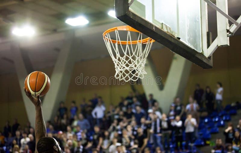 Das Gewinnen zählend, zeigt auf ein Basketballspiel lizenzfreie stockfotografie