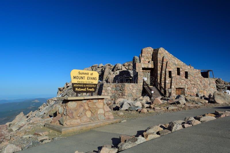 Das Gipfel von Mt Evans und die Ruinen des Kamm-Hauses im Colorado Rocky Mountains stockfoto