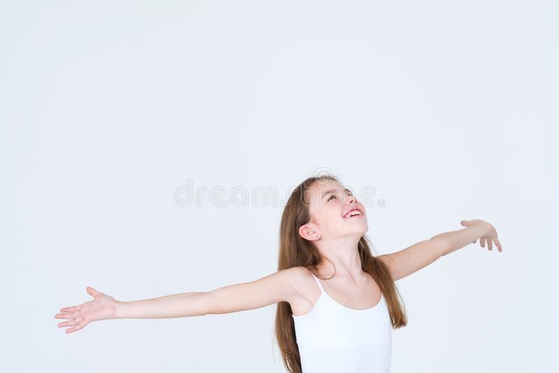 Das glückliche Kind des Gefühls, das oben schaut, bewaffnet seitlich Regen stockfotografie