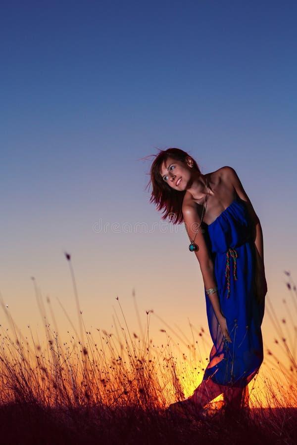 Das glückliche Lächeln der Frau froh mit den Armen herauf das Tanzen auf Strand am Sommer während der Feiertage reisen Schönheit, lizenzfreie stockfotografie