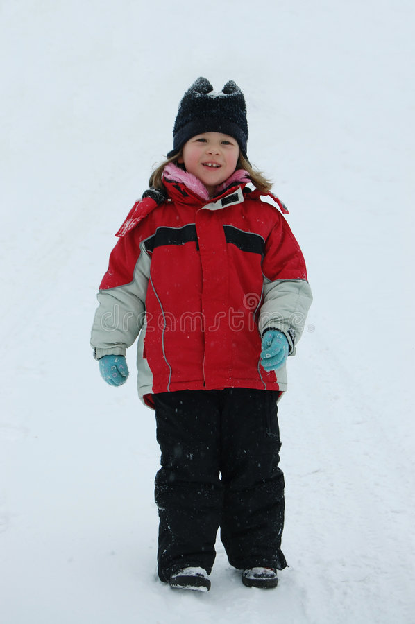 Das glückliche Mädchen auf Schnee lizenzfreies stockfoto