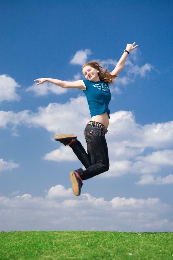 Das glückliche springende Mädchen stockbilder